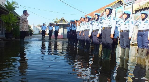 Ditengah Banjir, Kakanwil Jateng Pimpin Apel Pagi Di Lapas Pekalongan