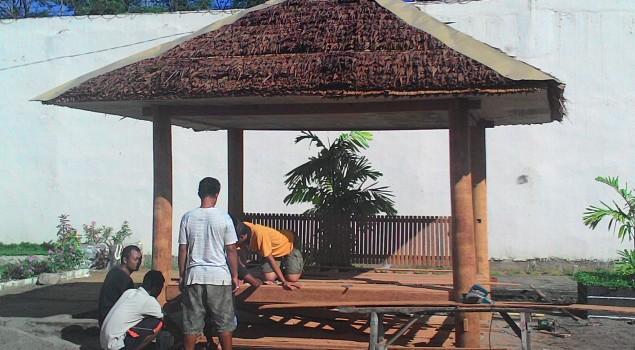 Bangun Gazebo, WBP Rutan Pinrang Kompak
