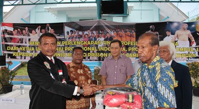 Pertina Pusat Memberikan Bantuan Perlengkapan Tinju di Lapas Abepura Papua