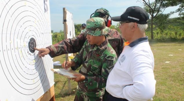 Petugas Rutan Ponorogo Rutin Laksanakan Latihan Menembak