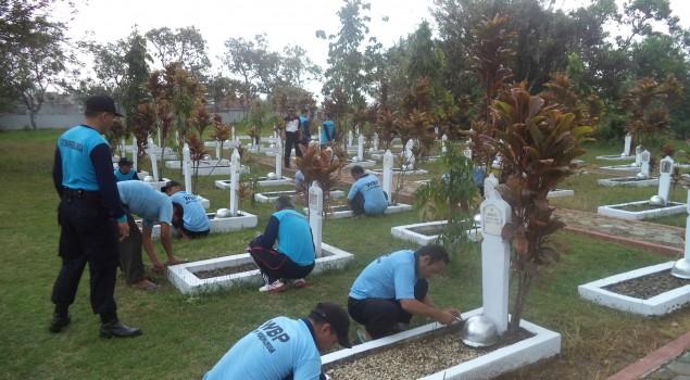 Sambut HUT RI Ke-70 Rutan Purbalingga Bersihkan Makam Pahlawan