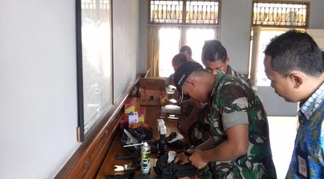Lapas Tabanan Libatkan TNI Laksanakan Perawatan Senjata Api