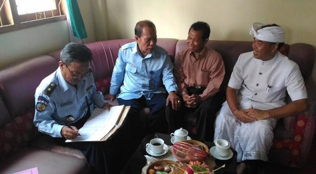 Kapabas Karangasem Antar Klien Asimilasi ke Yayasan Guru Kula