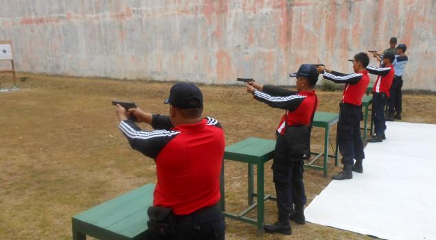 Petugas Rutan Wates Latihan Menembak Bersama KODIM 0731