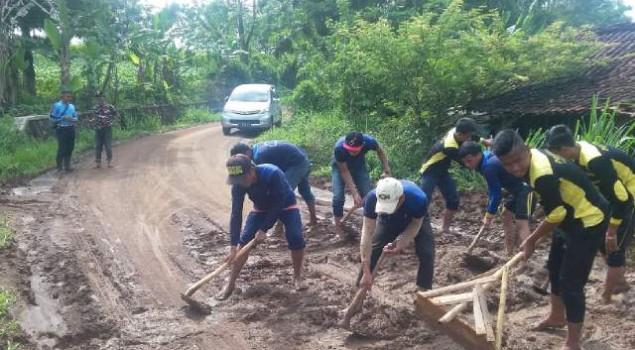 WBP Lapas Warungkiara Kerja Bhakti Bersihkan Saluran Air