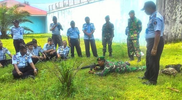 30 Pegawai Lapas Pariaman Simulasikan Penggunaan Senjata M16