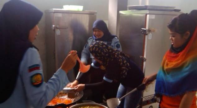 WBP Wanita Bantu Proses Masak di Dapur Rutan Garut