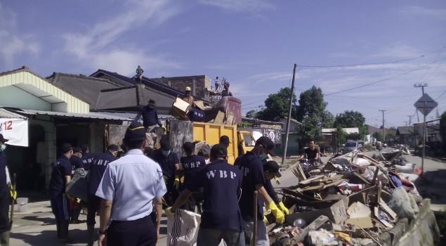 Warga Binaan Lapas Turun Ke Jalan Bersihkan Kota Pangkalpinang Pasca Banjir