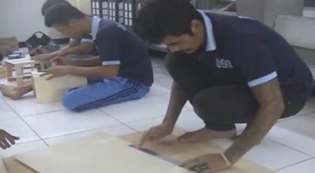 Warga Binaan Rutan Garut Membuat Kerajinan Tangan