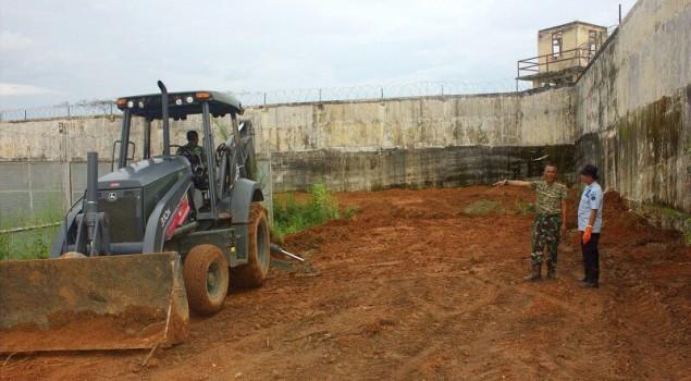 Lapas Banjarbaru - Denzipur Bersihkan Rumput Liar di Dalam Lapas