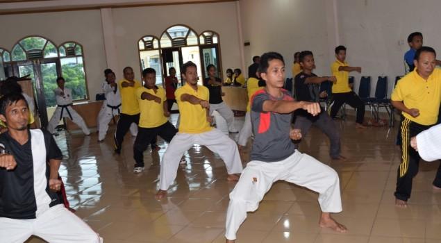 Pegawai Bapas Polewali Latih Diklat Taekwondo