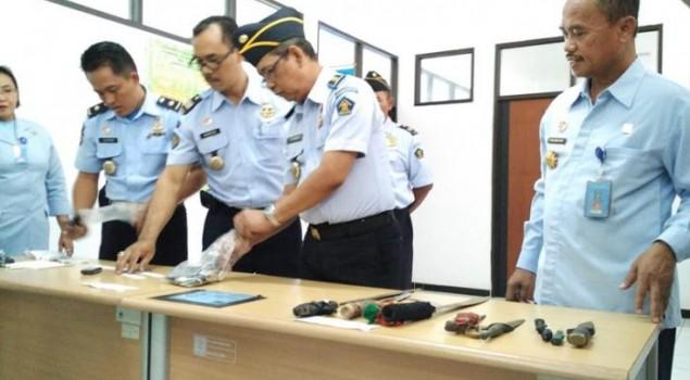 Sajam, HP, dan Pil Koplo Ditemukan di Lapas Wirogunan