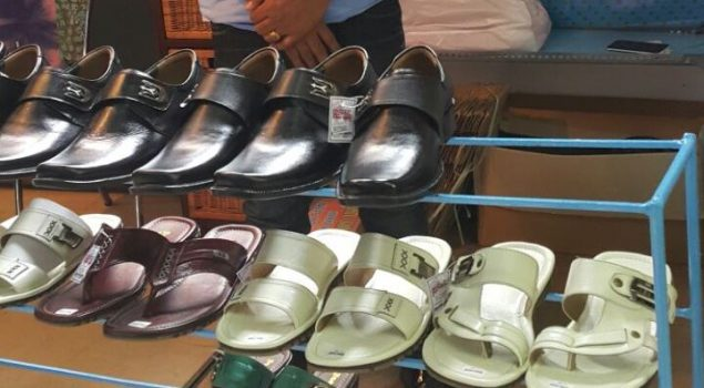 Sepatu dan Sandal Produksi Lapas Mojokerto Diborong Pengunjung