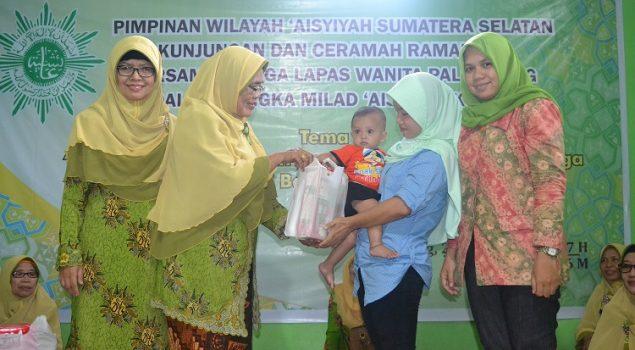 Dikunjungi 2 Yayasan, WBP Lapas Wanita Pelembang Dapat Bingkisan