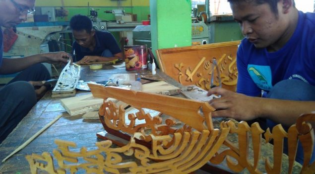 Warga Binaan Lapas Bondowoso Ngabuburit Membuat Kerajinan Kaligrafi