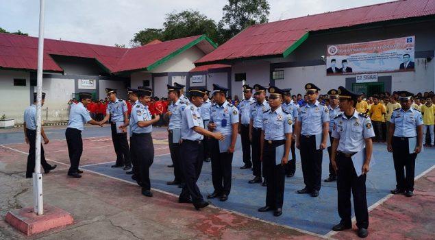Karutan Pimpin Upacara Kenaikan Pangkat 18 Pegawai Rutan Kendari