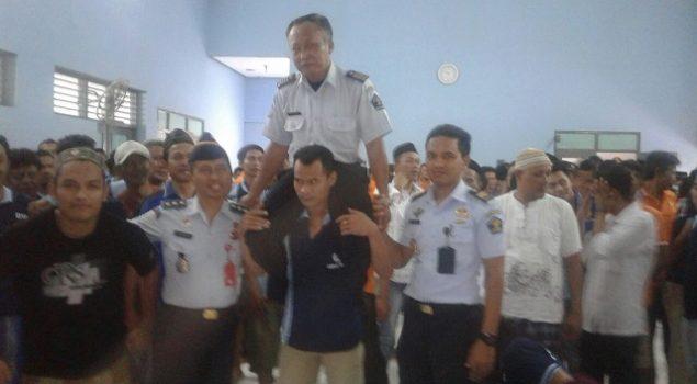 Masuki Purnabhakti, Pegawai Lapas Tuban Dipanggul WBP