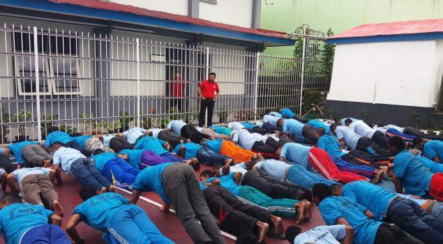 Baris-Berbaris Latih Kedisiplinan WBP Lapas Fakfak