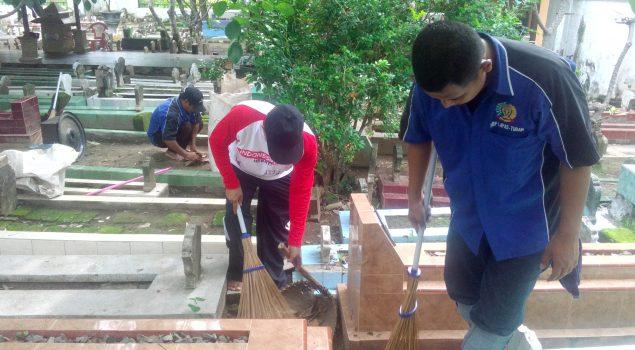 WBP Lapas Tuban Bersihkan Makam Sunan Bonang