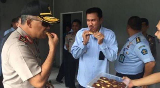 Kapolda Cicipi Donat Buatan Warga Binaan Lapas Banjarmasin