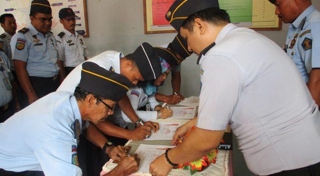 Buktikan Komitmen, Pegawai Rutan Selayar Teken Pakta Integritas
