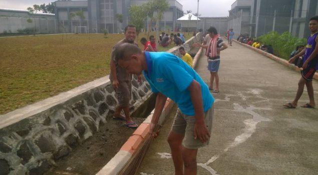 WBP Bersih-Bersih Lingkungan Lapas Purwokerto