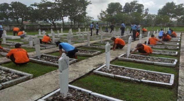 Warga Rutan Bersihkan Makam Pahlawan