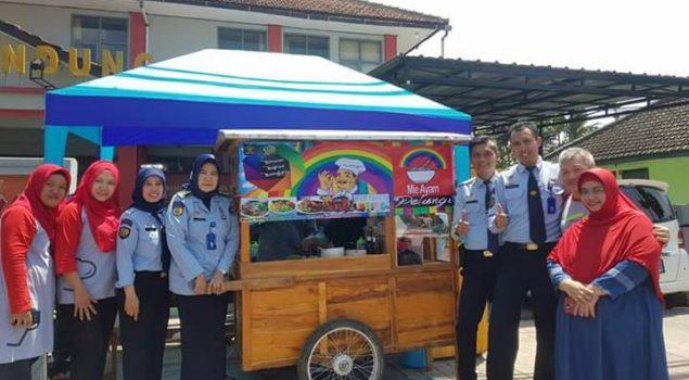 Klien Bapas Bandung Berjualan Mie Ayam Pelangi
