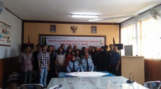 Klien Bapas Bandung Diajari Pembuatan Ice Cream