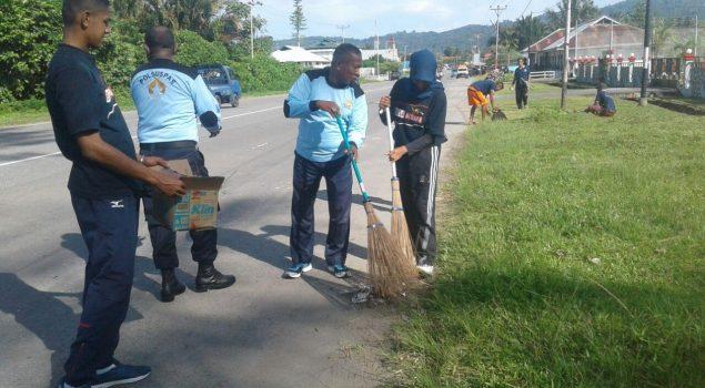 Petugas & WBP Lapas Piru Bersihkan Jalan Trans Seram