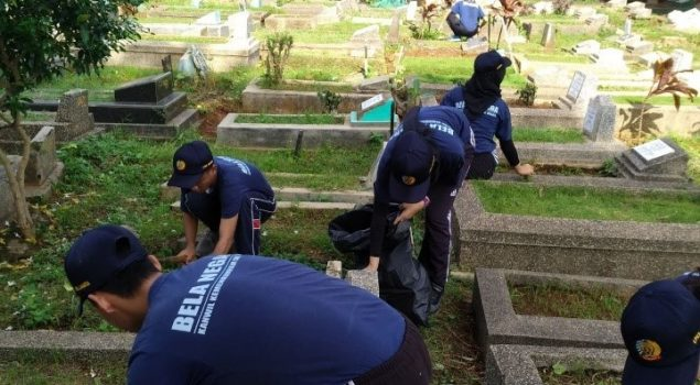 CPNS LPKA Jakarta Bersihkan TPU Kawi-Kawi
