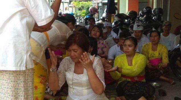 Peringati Hari Purnama, Petugas Bapas Denpasar Sembahyang Bersama