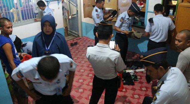 Petugas Lapas Narkotika Sungguminasa Sita Barang-Barang Terlarang