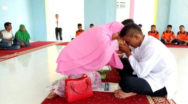 """Tradisi """"Peusijuk"""" Lepas 2 Anak LPKA Banda Aceh"""