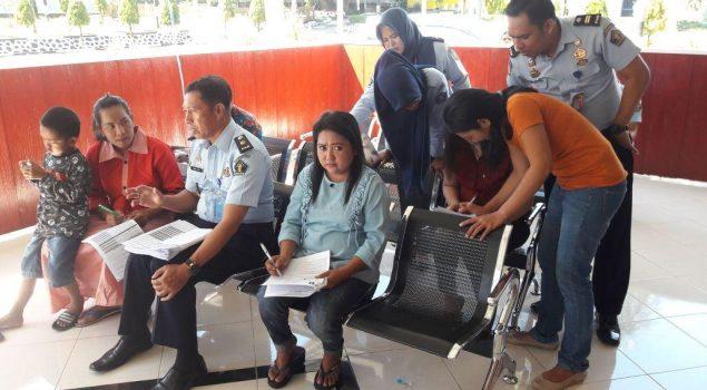 Petugas LPN Sungguminasa Bantu Pengisian Survey Pelayanan Publik