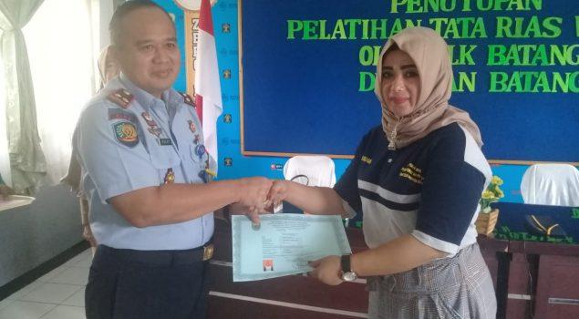 Sepuluh WBP Wanita Rutan Batang Mendapat Sertifikat Tata rias