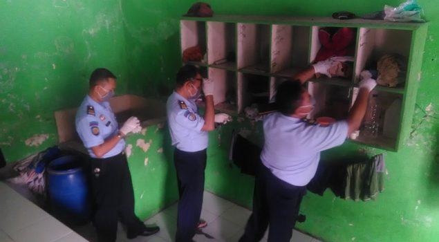 Razia Rutin Cegah Masuknya Barang Terlarang ke LPKA Kutoarjo