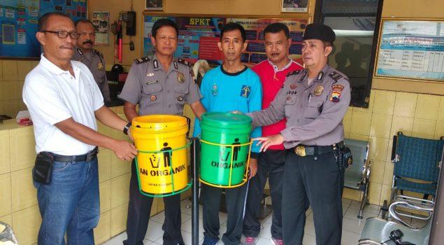 Lapas Sragen Serahkan Tong Sampah Buatan WBP ke Polsek Sidoharjo