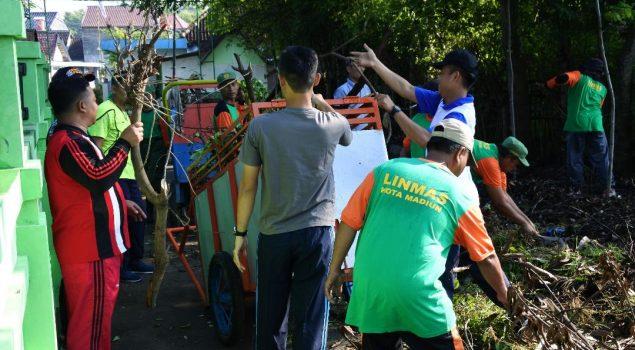 Bersama Masyarakat, Petugas Lapas Pemuda Madiun Bersihkan Lingkungan