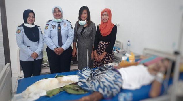 PK Bapas Manokwari Bantu Keluarga Klien yang Sakit