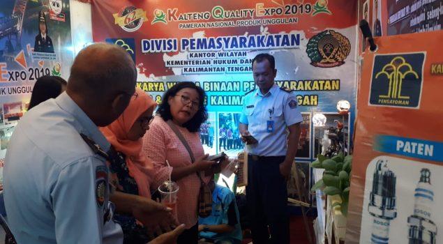 Demo Kerajinan Getah Nyatu & Lukisan WBP Sedot Pengunjung Stan Kanwil  Kalteng