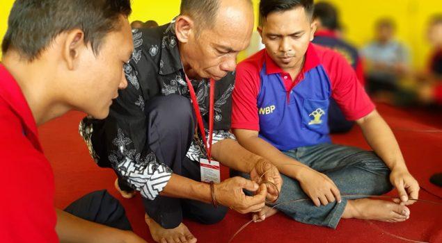 WBP Lapas Jambi Dapatkan Pelatihan Kemandirian Membuat Gelang dan Cincin dari Kayu Resam
