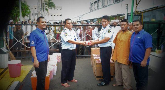 Jemaat Gereja LPN Jakarta Bagikan 1.200 Takjil