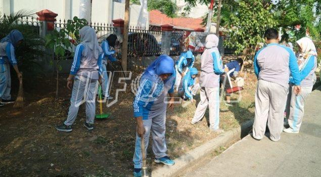 Petugas LPP Jakarta Kompak Bersihkan Area Perkantoran