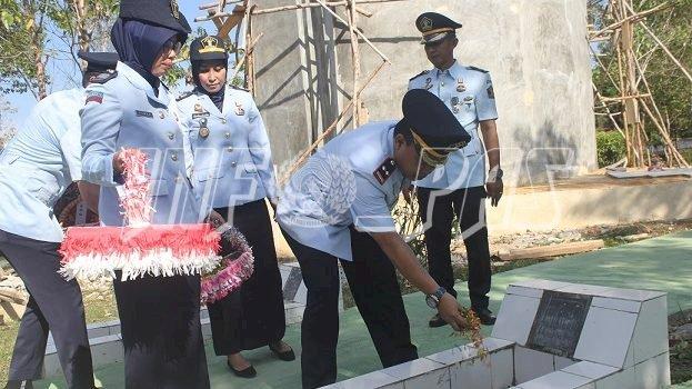 Karutan Kolaka Pimpin Upacara Tabur Bunga di TMP Watalara