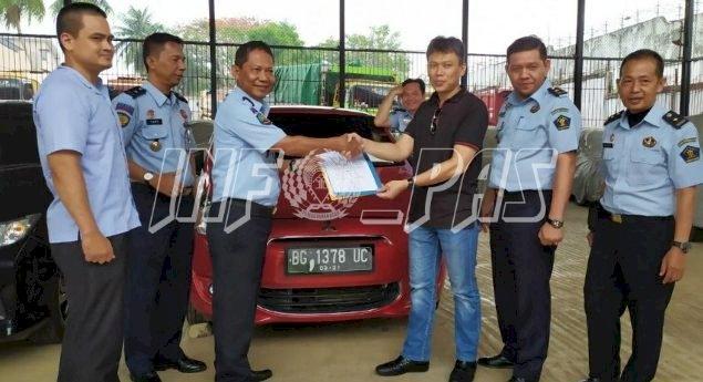 Rupbasan Palembang Serahkan 2 Mobil Kepada Pemenang Lelang
