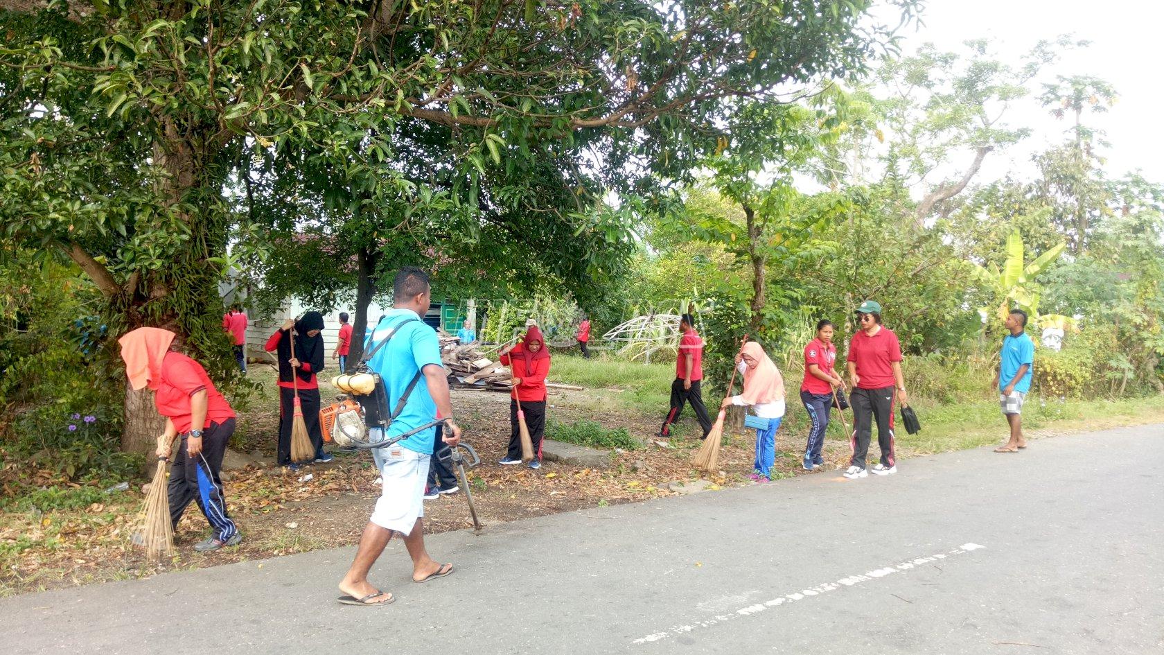 Keluarga Besar Rutan Masohi Bersihkan Lingkungan Sekitar Rutan