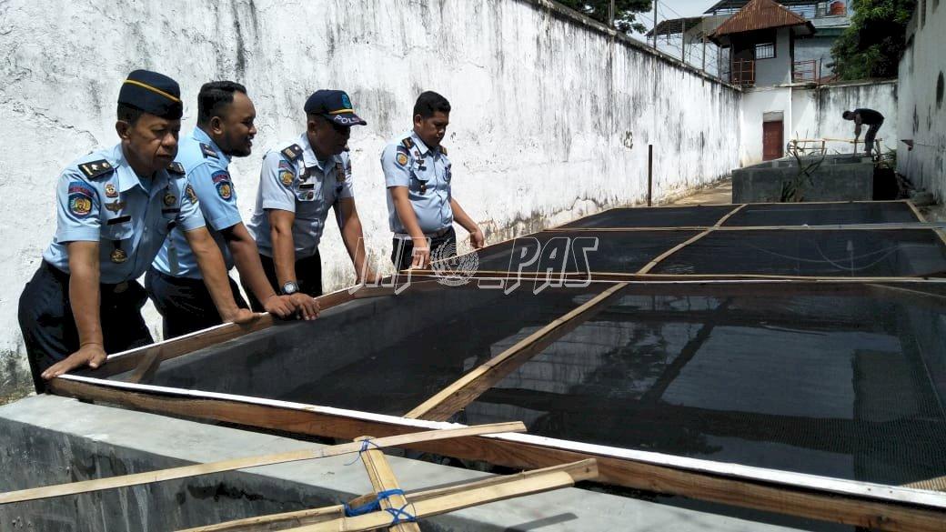 Petugas Rutan Bantaeng Pantau Kolam Ikan