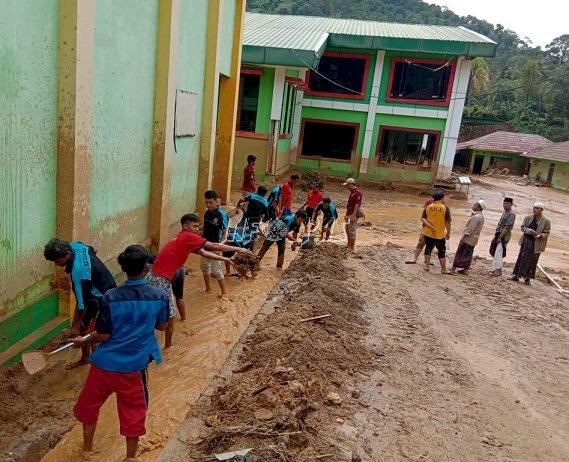 Pasca Banjir, Taruna Merah Putih Rutan Rangkasbitung Bersihkan Ponpes Latansa 1 Cipanas