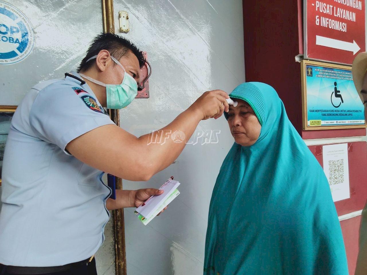 Cegah Penyakit Menular, Petugas Lapas Mataram Cek Suhu Tubuh Pengunjung